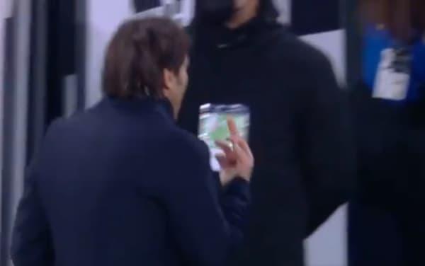 Conte surpris en train d'adresser un doigt d'honneur vers les tribunes