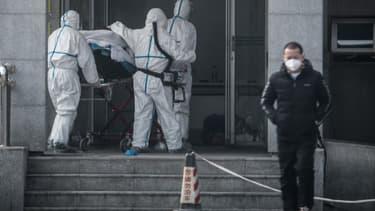 Des personnels médicaux à Wuhan, en Chine, à l'hôpital Jinyintan où des patients sont infectés par un mystérieux virus.