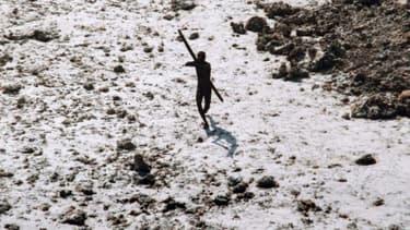 Un membre des Sentinelles en train de viser un hélicoptère avec son arc lors du tsunami de 2004