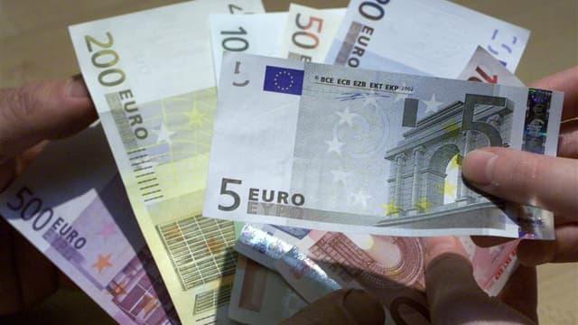 """François Hollande a déclaré vendredi sur BFM-TV qu'il n'excluait pas un """"coup de pouce"""" en faveur du smic l'été prochain, s'il entre à l'Elysée en mai. Son projet présidentiel présenté jeudi ne prévoit pas de revalorisation du salaire minimum. /Photo d'ar"""