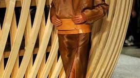 Pour sa première collection de prêt-à-porter pour Hermès, Christophe Lemaire a livré un vestiaire emprunt d'épure et de poésie. Les lignes sont sobres et subtiles et les coupes magnifient les matières dans des couleurs chères à Hermès - blanc, fauve ou no