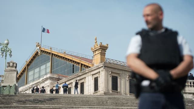 Policier devant la gare Saint-Charles. (photo d'illustration)