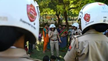 Des policières d'une unité spéciale uniquement composée de femmes patrouillent le 14 juin 2017 dans la ville de Jaipur (nord-ouest de l'Inde) pour lutter contre les violences faites aux femmes