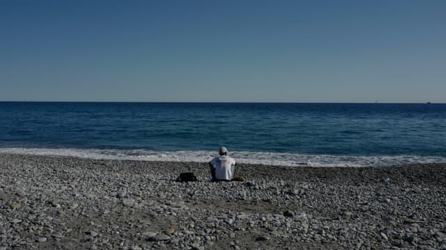 Une personne migrante sur la plage, à Vintimille, le 5 août 2020, après que le Centre de la Croix-Rouge qui hébergeait les candidats à la traversée de la frontière italo-française a été fermé (photo d'illustration)