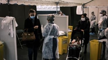 Des Lyonnais en train de faire la queue pour se faire dépister au coronavirus le 12 octobre dernier.