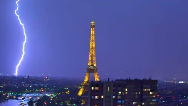 La Tour Eiffel a été frappée par la foudre cette semaine.
