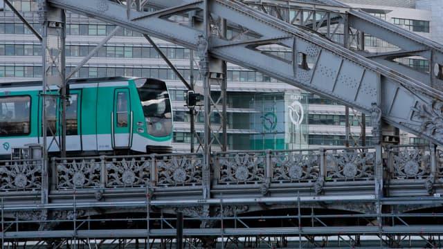 La RATP a fermé les stations de métro Saint-Michel (ligne 4) et Cluny-La Sorbonne (ligne 10).