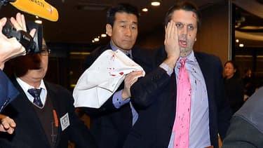 L'ambassadeur sud-coréen Mark Lippert blessé par arme blanche, jeudi à Séoul, par un militant nationaliste.