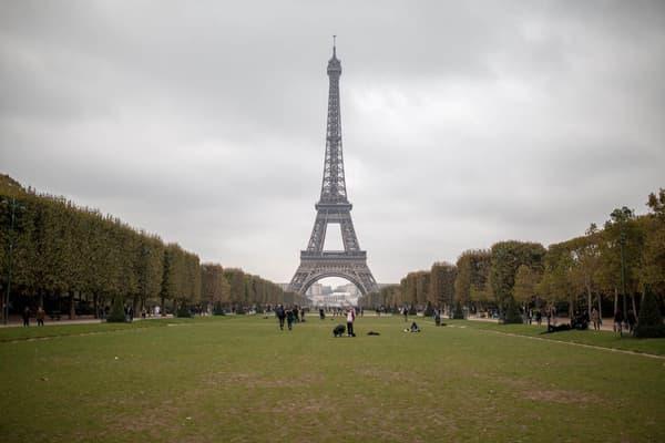 Si cette photo de la tour Eiffel est légale, la même de nuit lors de la mise en route des effets de lumière ne le serait pas.