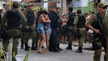 Forces de l'ordre et civils devant les lieux du crime, dimanche 19 mai
