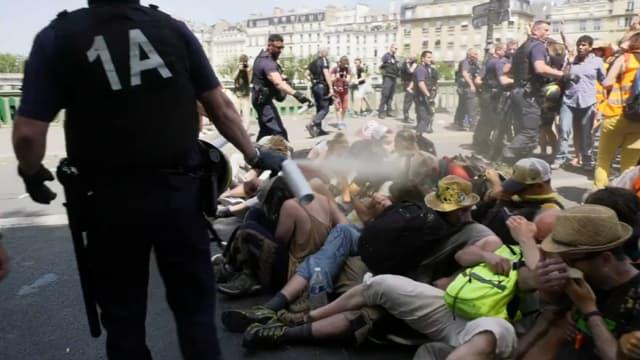 Les CRS ont fait usage de gaz lacrymogène pour faire évacuer des militants du Pont de Sully à Paris.