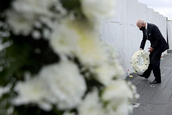 Le candidat démocrate Joe Biden dépose une gerbe au mémorial national du vol 93, à l'occasion du 19e anniversaire des attentats du 11 septembre à Shanksville,