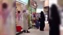 Un membre de la police religieuse en Arabie saoudite a empêché une femme d'entrer dans un magasin sous prétexte qu'elle ne portait pas de gants.