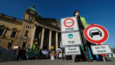 Des manifestants en février devant la cour administrative européenne de Leipzig (Allemagne).