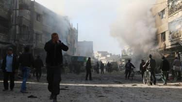 Un homme marche dans les environs de la capitale syrienne Damas, le 4 décembre 2015