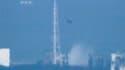Un hélicoptère jette de l'eau sur les réacteurs de la centrale Fukushima. Les autorités japonaises ont poursuivi jeudi, avec à peine plus de succès que la veille, leurs tentatives de refroidissement de la centrale nucléaire de Fukushima, sous l'oeil de pl
