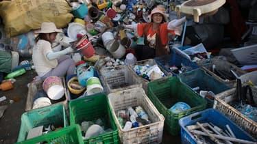 Des travailleurs trient des bouteilles en plastique dans un centre de recyclage à Pékin, en Chine, le 16 mai 2018