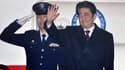 Shinzo Abe salue les photographes avant son départ pour Hawaï, le 26 décembre 2016.