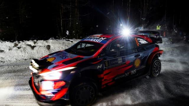 L'Estonien Ott Tänak (Hyundai) et son co-pilote Martin Jarveoja lors de la 8e spéciale du Rallye Arctique, à Siikakama en Finlande, le 27 février 2021