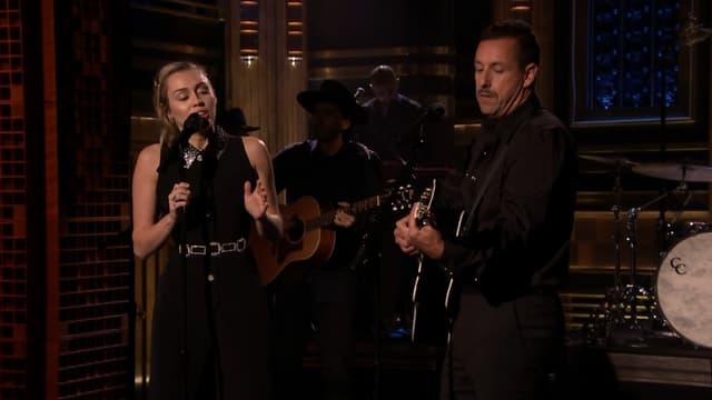 """Miley Cyrus et Adam Sandler sur le plateau du """"Tonight Show"""", lundi 2 octobre"""