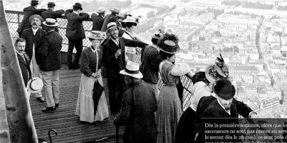 Le visiteur peut zoomer sur les visages des premiers visiteurs qui ont découvert la Tour Eiffel en 1889.