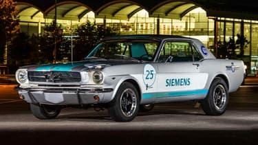 Cette Ford Mustang de la toute première génération a toujours son V8, mais elle est désormais autonome.