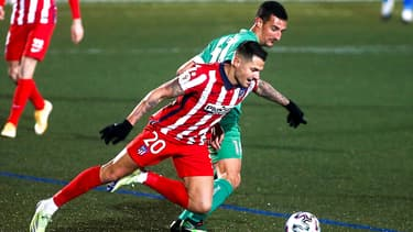 Vitolo devant Pol Moreno lors du match Atlético-Cornella, le 6 janvier 2021