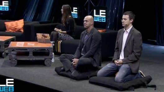 Loïc Le Meur en séance de méditation lors de la prmeière journée de son salon numérique.