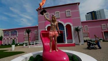 """Des militantes de l'association Femen ont manifesté jeudi à Berlin lors de l'inauguration d'une maison de Barbie baptisée """"Dreamhouse Experience"""", affirmant que la célèbre poupée entretenait le cliché de la femme objet. /Photo prise le 16 mai 2013/REUTERS"""