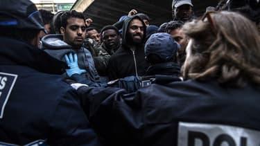 Plus de 300 migrants installés sur un campement très insalubre du nord de Paris ont été évacués vers des structures d'hébergement jeudi matin.