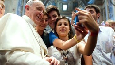 Le pape au Vatican, le 28 août 2013, en plein selfie avec une bande d'ados.