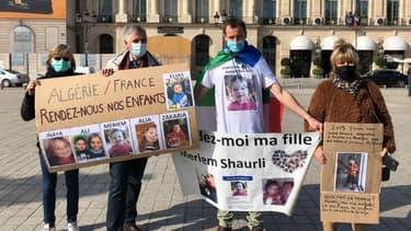 Un rassemblement de parents dont les enfants ont été enlevés à l'étranger par l'ex-conjoint, devant le ministère de la Justice, le 14 octobre 2020.