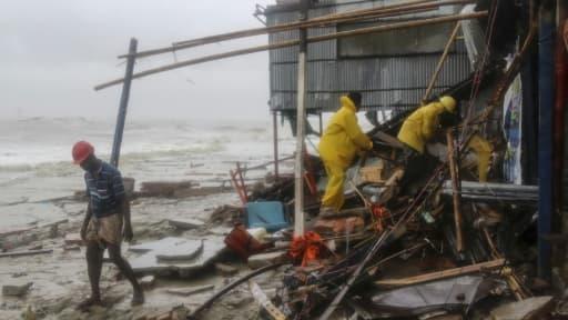 Des sauveteurs cherchent des survivants après le passage du cyclone Roanu à Chittagong le 21 mai 2016