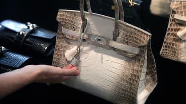 Ce Birkin en crocodile et or incrusté de diamants de la Maison Hermès a battu un record pour un sac à main de luxe aux enchères ce mercredi.
