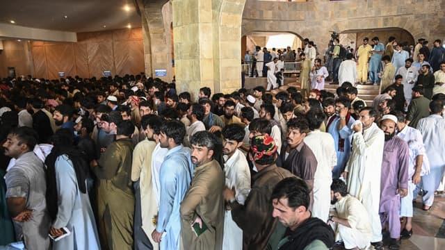 Des personnes font la queue pour s'inscrire avant de recevoir une dose du vaccin dans un centre de vaccination à Islamabad le 28 juin 2021.