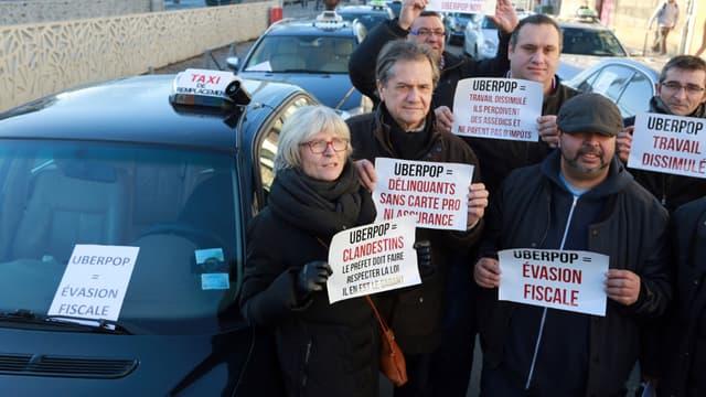 A Bordeaux, des centaines de taxis manifestent mardi contre la concurrence déloyale selon eux d'Uber.