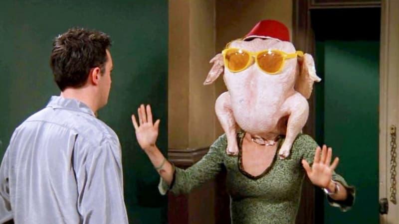 """""""Friends"""": pour Thanksgiving, Courteney Cox recrée sa scène culte avec une dinde sur la tête"""