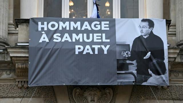 Un portrait de Samuel Paty est affiché sur la façade de l'Opéra Comédie de Montpellier le 21 octobre 2020 à l'occasion de l'hommage national au professeur assassiné