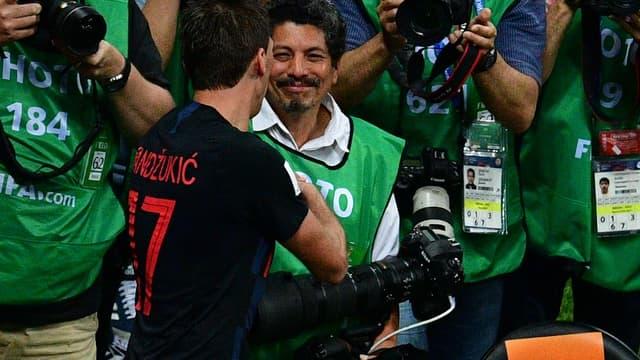 Mario Mandzukic et le photographe de l'AFP