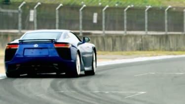 La Lexus LFA en plein virage sur le circuit de Motegi