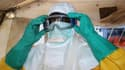 Un membre de MSF dans un hôpital traitant des patients contaminés par le virus Ebola à Conackry, en Guinée, le 28 juin 2014.