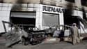 Concession automobile incendiée dans le quartier de Bab El Oued, à Alger. Le calme est revenu dimanche dans plusieurs villes d'Algérie secouées cette semaine par des journées d'émeutes liées à un taux de chômage élevé et à une forte hausse du prix des pro