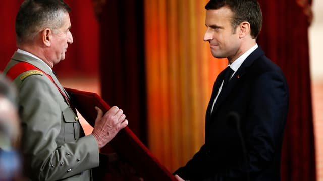 Emmanuel Macron se voyant remettre le grand collier de la Légion d'honneur le 14 mai 2017