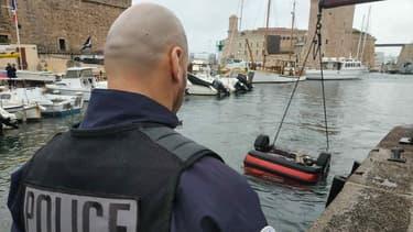 En suivant le trajet annoncé sur son GPS, un automobiliste a mené sa voiture dans le port de Marseille.