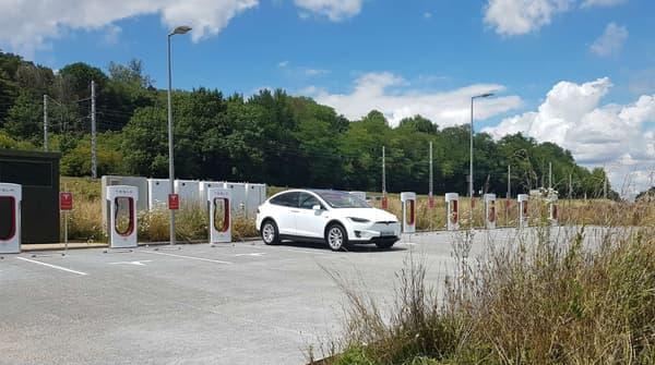 Le Model X aux superchargeurs de Mâcon