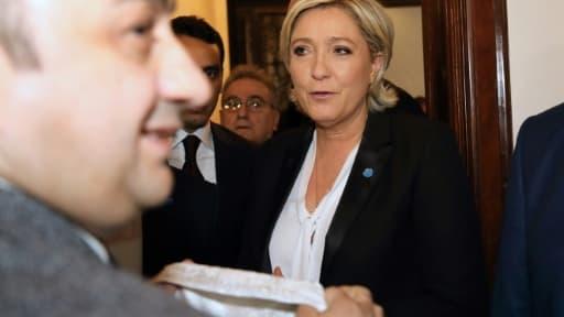 Un voile est tendu à Marine Le Pen, candidate d'extrême droite à la présidentielle en France, pour rencontrer le grand mufti de Beyrouth, le 21 février 2017 dans la capitale libanaise