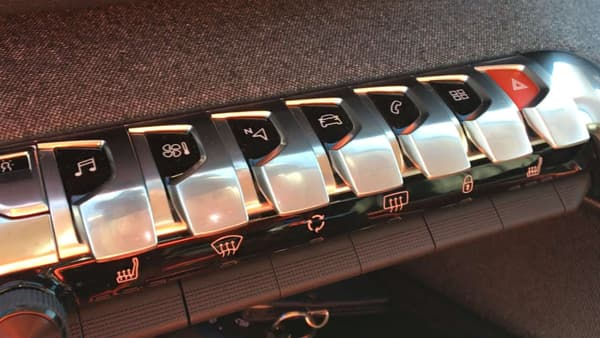 Les boutons piano de la console centrale du 5008, regroupant les fonctions essentielles.