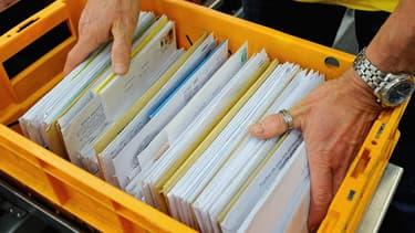 Employé sur une chaîne de distribution, le facteur se servait dans les enveloppes qu'il jugeait intéressantes.