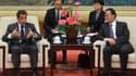 Nicolas Sarkozy (ici avec le président de l'Assemblée nationale populaire chinoise Wu Bangguo), rattrapé par la crise de la dette grecque pendant sa visite d'Etat en Chine, a dénoncé jeudi des attaques spéculatives contre l'euro. /Photo prise le 29 avril