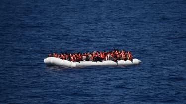 Des migrants sur une embarcation en Méditerranée.